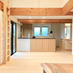 自然素材の家/ソーラーシステムそよ風/2階リビング/造作キッチン/御影石キッチン/リビング吹き抜け/... 2階リビングの自然素材の家。  吹き抜け…