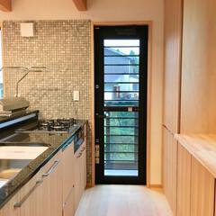 自然素材の家/ソーラーシステムそよ風/2階リビング/造作キッチン/御影石キッチン/造り付けキッチン/... 2階リビングの自然素材の家の御影石天板で…