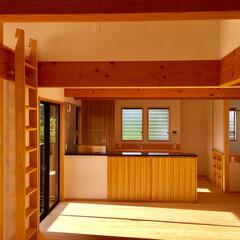 自然素材の家/2階リビング/吹き抜け/グレーチングルーフバルコニー/ロフト/リビング畳コーナー兼客間/... 2階リビングの自然素材で建てたソーラーシ…