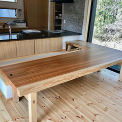 自然素材の家/造り付けキッチン/造作キッチン/御影石キッチン/ダイニング畳ベンチ/杉無垢テーブル/... ダイニング畳ベンチとL型杉の耳付き無垢の…