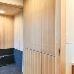 自然素材の家/2階リビング/ソーラーシステムそよ風/脱衣室/脱衣室収納/脱衣室造り付け収納/... バスタオルや下着を収納する作り付けの収納…