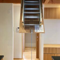 自然素材の家/平家の自然素材の家/ソーラーシステムそよ風/ロフト/天井梯子/天井収納用はしごユニット/... キッチン天井裏のロフトに出入りできる天井…
