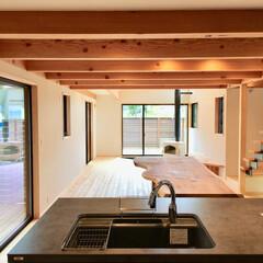 自然素材の家/ソーラーシステムそよ風/土間/土間リビング/薪ストーブ/アイランドキッチン/... 土間に薪ストーブがある自然素材の家です。…