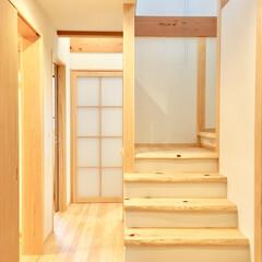自然素材の家/2階リビング/階段/無垢階段/ソーラーシステムそよ風/リビング階段/... 2階リビングの自然素材の家の耳付きヒノキ…