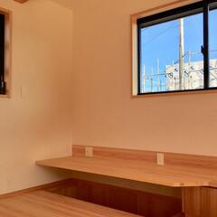 2階リビング/自然素材の家/ソーラーシステムそよ風/造作テレビ台/書斎コーナー/リビング勉強コーナー/... テレビ台収納兼書斎コーナーを造り付けで作…