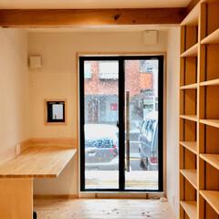 自然素材の家/ソーラーシステムそよ風/珪藻土/ヒノキフローリング/造り付け収納/造り付け間仕切り収納/... 造り付けのカウンターテーブルと収納棚で間…