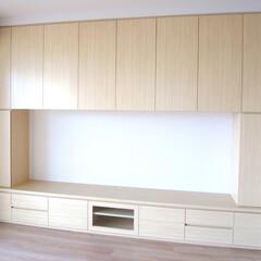 TV収納棚/壁面収納棚/木目/取っ手 壁面に収納棚を製作しました。優しい木目な…