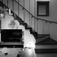 漆喰/鉄骨階段/リビング/岩手/モノクロ 高屋敷展示場。 鉄骨階段の下の漆喰壁に映…