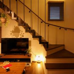 漆喰/鉄骨階段/岩手/リビング/LDK/リビング階段 高屋敷展示場。 鉄骨階段の下の漆喰壁に映…