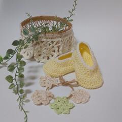 ホワイトインテリア/かごの縁編み/かぎ針編みのベビーシューズ/かぎ針編みのモチーフ/かぎ針編み/インテリア かごの縁編みとベビーシューズです💕  編…
