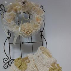 ホワイトインテリア/かぎ針編みのベビーシューズ/かぎ針編み/あやさんのミニリース/インテリア ベビーシューズに小花をつけました✨ あや…