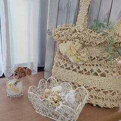ナチュラルインテリア/フェイクフラワーアレンジ/かぎ針編みのバッグ/かぎ針編み/出窓のある暮らし/インテリア 夏バッグと白いフェイクフラワー💞