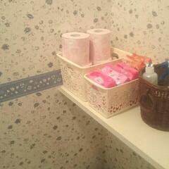 トイレ収納 トイレの一角です。  壁紙がわちゃわちゃ…