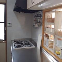 リサイクルウッドのシェルフ/キッチン/キッチン雑貨/雑貨/掃除 キッチンのようすです😊   水切りかご、…