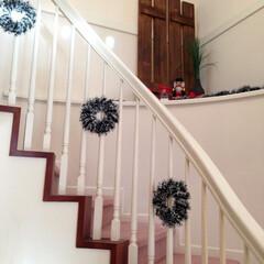 クリスマス/クリスマス飾り/クリスマスデコレーション/リース/DIY 輸入階段にリースのクリスマス飾り。奥に見…