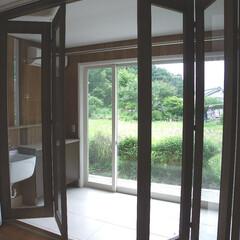 サンルーム/木の家/土間/磁器タイル/洗濯室 雨が続く日やお出掛けも安心して洗濯物が干…