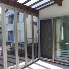 サンルーム/洗濯物干しスペース/ガラス天井/床タイル 屋根はガラス張り、窓は開け放すことが出来…