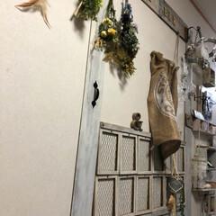 ベニヤ板/壁面ディスプレイ/café&bar風扉/DIY/雑貨/100均/... 畳スペース壁面には ベニヤ板や100均材…(1枚目)
