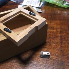 セリア 箱と小型の写真立てを用意して蝶番で繋ぎます