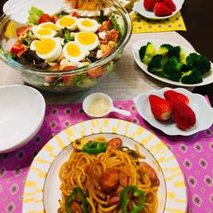 今日の夕ご飯/いちご/シーザーサラダ/ナポリタン/パスタ/フード 今日は、 ナポリタン🎶ナポリタン🎵 娘と…