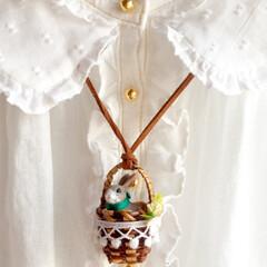 ハンドメイド/ネックレス/ペンダント/うさぎアクセサリー/ウサギ/動物モチーフ/... ー好奇心旺盛な子うさぎさん、  白バラの…