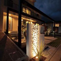 エクステリア/ガーデン/外構/ライトアップ/ライティング/アプローチ/... 門柱に施工した石材タイルをライトアップ。…