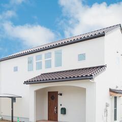 洋瓦/白い外壁/三角屋根 シックな洋瓦が映えるナチュラルテイストな…