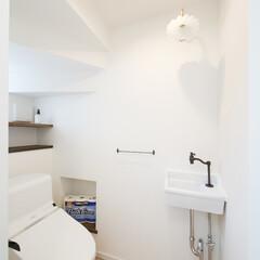 階段下 階段下のデッドスペースを活用したトイレ。