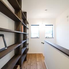 本棚 階段を上がったホールに本棚を配置。