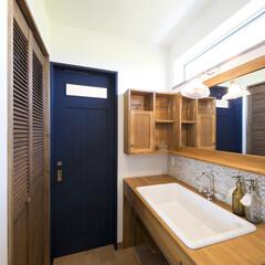 ドア/洗面台 2階に配置した洗面室。すぐにバルコニーに…