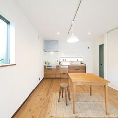 無垢フローリング/壁付けキッチン 白いシンプルなLDK。