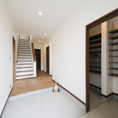 モルタル/家族玄関/玄関収納 自転車も置ける広々玄関。床はこだわりのモ…