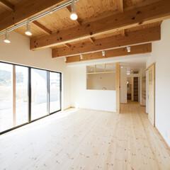 構造材表し/無垢フローリング/ナチュラル LDの天井は構造材表し。もちろん壁はしっ…
