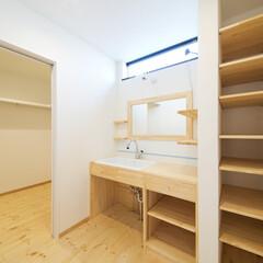 洗面台/棚/ファミリークローゼット 洗面室の隣はファミリークローゼット。衣類…