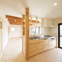 化粧柱/ナチュラル キッチンの化粧柱が家の雰囲気を引き立てる。