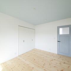 ドア/クロス/壁紙 ドアと天井のクロスの色を合わせた子供部屋。