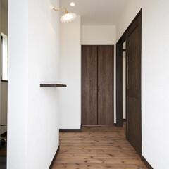 家族玄関/モルタル お客様が来ても玄関がすっきり見えるよう、…