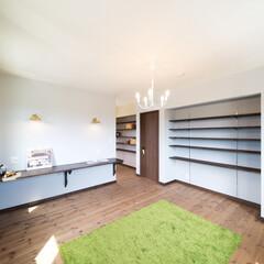 カウンター/棚/お裁縫 奥にお裁縫好きな奥様のスペース。生地を並…