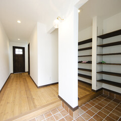 タイル/玄関収納/家族玄関 収納量バッチリの家族通路のある玄関。