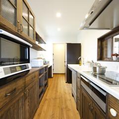 無垢フローリング/小窓 キッチンを独立させることで奥様の特別な場…