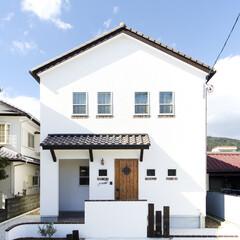 しっくい/洋瓦/タイル/三角屋根 ヨーロッパしっくいの真っ白い外壁。窓下の…