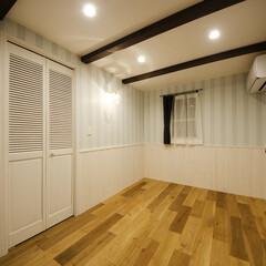 クロス/梁表し/無垢フローリング/木製ドア ドイツの壁紙メーカー「ラッシュ」を使用し…