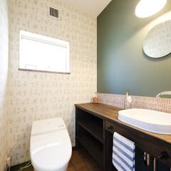 造り付け手洗い/北欧 北欧っぽく仕上げたトイレ。壁には、沢山の…