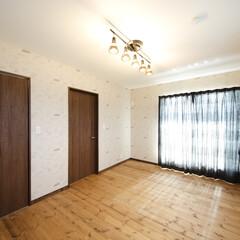 クロス お洒落な壁紙の寝室。落ち着いた仕上がりに。