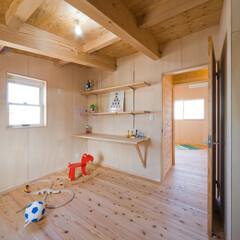 無垢フローリング/天井構造材表し/小屋裏風 プライベートな空間はあえて天井高を抑えて…