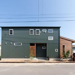 ガルバ/木張り アウトドアなアメリカンスタイルのお家。