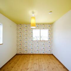 クロス 黄色のお部屋も素敵な北欧テイストに仕上が…