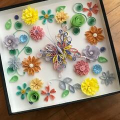 花/蝶/ペーパー/クイリング/ハンドメイド 先日の蝶 たくさんのカラーと形の 花の中…