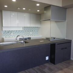 オープンキッチン/キッチンリフォーム/ひろびろキッチン/オープンカウンターキッチン/リクシルキッチン/モダンでワイドなキッチン マンションリフォームで壁を取り払いオープ…
