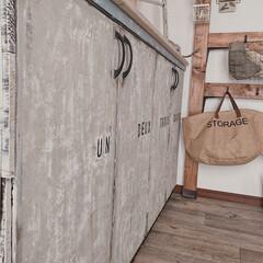 DIYのある暮らし/ステンシル/ミルクペイント/靴箱リメイク/靴箱/玄関インテリア/... 玄関の靴箱です♫  リメイクシートでイメ…